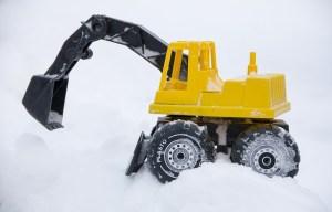 koparka zabawka w śniegu