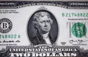 Dolar z mieszanym bilansem. Kurs franka mocno traci, funt jednak pozostaje mocny