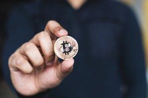 Bitcoin i ether tracą 4%. Kryptowaluty w niewielkiej korekcie