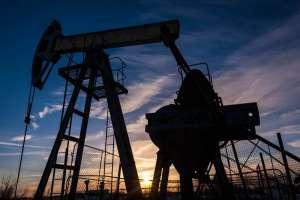 Notowania ropy w dół, uwaga inwestorów skupiona na zapasach w USA