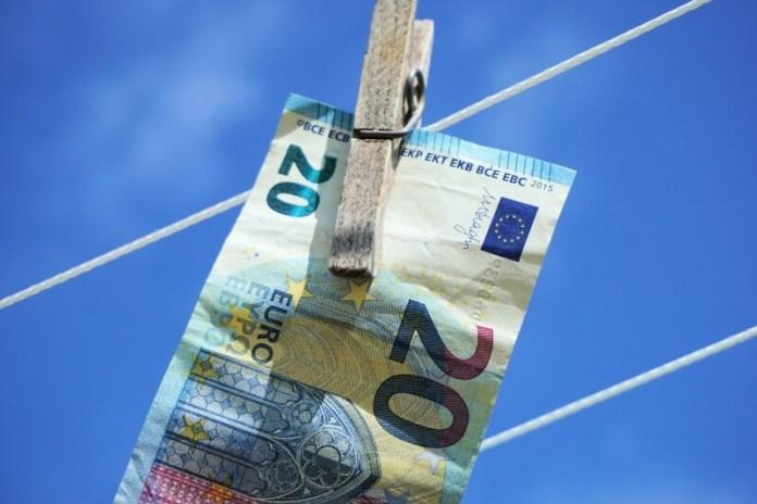 Kurs euro spada poniżej 1,10 USD. Dolar skorzysta na przepływach save haven?
