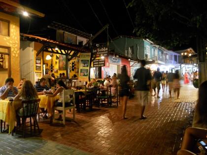 Rua principal à noite
