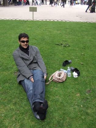 Pausa para lanche e descanso no gramado do Jardin Du Luxembourg