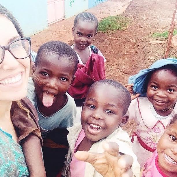 Mariana com as crianças da Hai