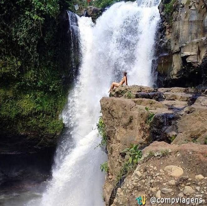 Apreciando a beleza da cachoeira Tegenungan