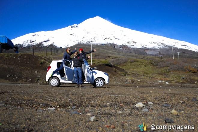 """Julie, Fred e eu no """"Peor es Nada"""", nosso carro, de frente ao vulcão Villarrica"""