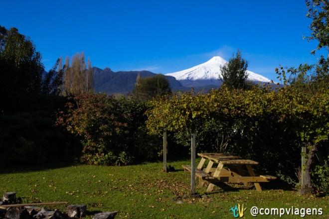 Vulcão Villarrica visto do jardim do Hostal French Andes