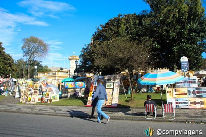 Quadros à venda na feira do Largo