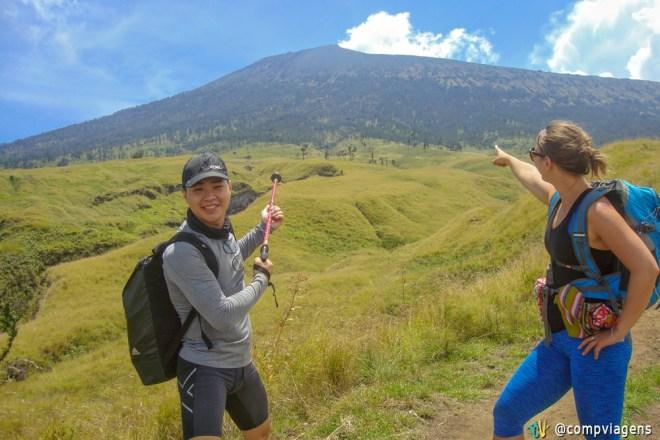 Max e eu apontando para o Mt. Rinjani, no primeiro dia