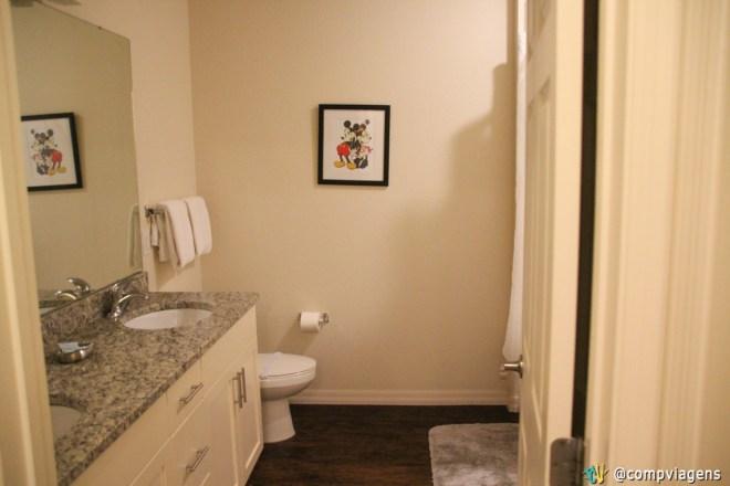 Banheiro compartilhado para os dois quartos de cima
