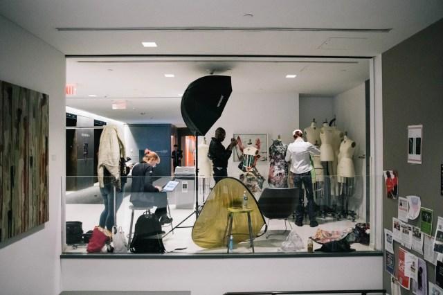 Un laboratorio/set fotografico della Parsons School of Design con studenti di moda al lavoro sui manichini. L'immagine è di Michael Kirby Smith.