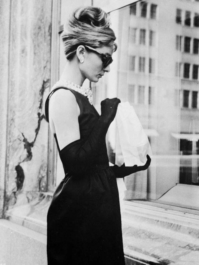 Audrey Hepburn sulla Fifth Avenue di New York in una scena di Colazione da Tiffany's, diretto da Blake Edwards, nel quale lei interpreta Holly Golightly