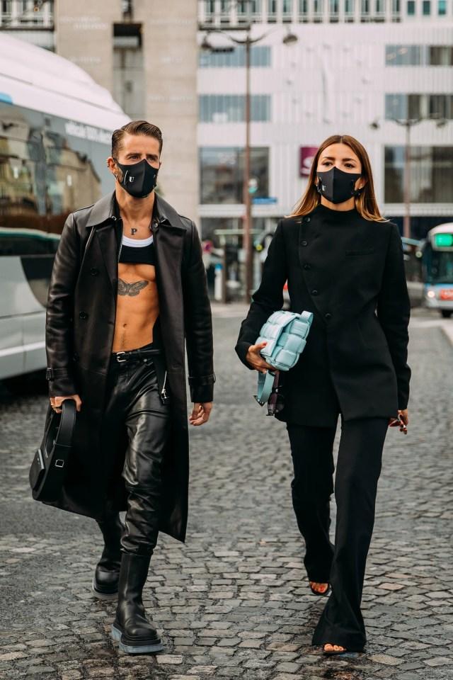 Pelayo Diaz e Alexandra Pereira, all'uscita della sfilata di Coperni primavera estate 2021, Parigi, ottobre 2020