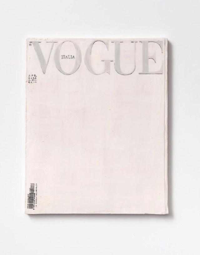 """Davide Monaldi Vogue, 2020 ceramica smaltata Courtesy l'artista e Studio SALES di Norberto Ruggeri, Roma L'artista è partito dalla considerazione che l'edizione bianca fosse talmente evocativa da non voler aggiungere nessun ulteriore elemento. Attraverso la traduzione scultorea, pratica artistica di Monaldi, la rivista è stata replicata in ceramica, rispettandone la dimensione, il colore e il segno. Quasi un """"monumento"""" in ricordo di questo tempo a cui tutti noi abbiamo preso parte."""