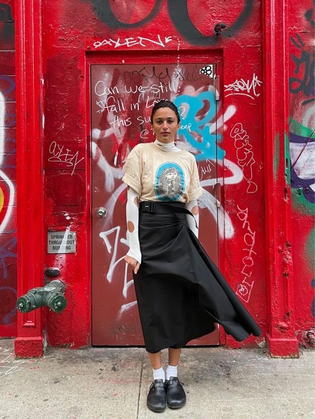 «Ho pensato alle amiche, alle persone che ammiro per lo stile e il modo di vivere. Laila Gohar ha grande sensibilità e onestà, mescola forme e volumi differenti, T-shirt vintage e abiti superfemminili. Incarna l'energia di New York, e la puoi riconoscere tra milioni di persone». MAGLIA A MANICHE LUNGHE DI VISCOSA CON CUT OUT E GONNA DI GABARDINE RE-NYLON, PRADA; SANDALI BOSTON, BIRKENSTOCK.