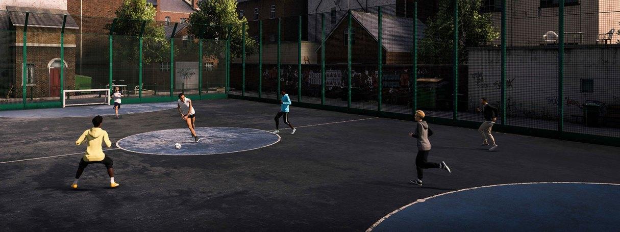 Six personnes jouant au football de rue dans un terrain clôturé de quartier