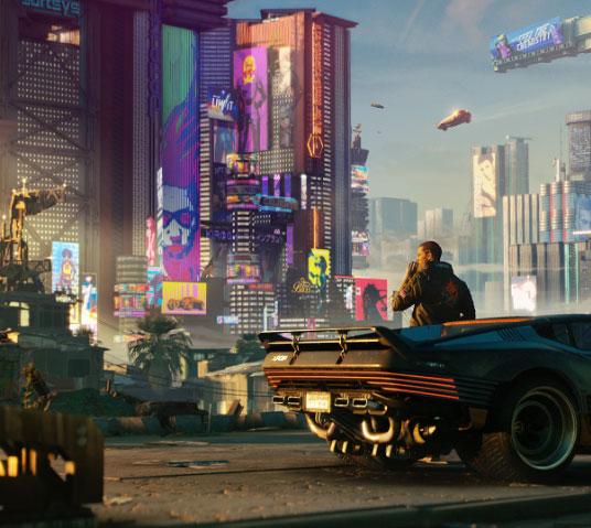 Cyberpunk 2077. V se apoya contra un auto, contemplando las vistas de Night City.