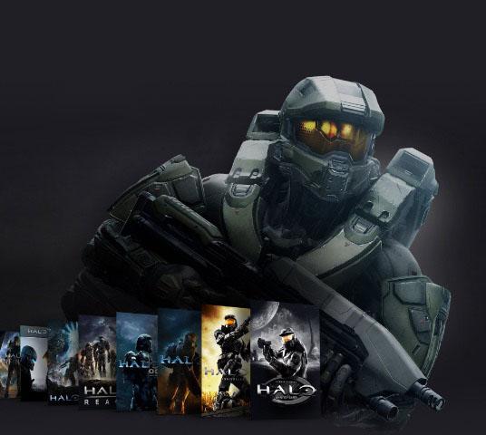 Master Chief, de pie, detrás de una colección de imágenes de la caja de la franquicia Halo.