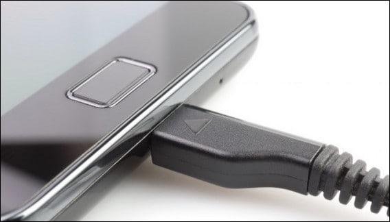 соединение телефона и зарядного устройства