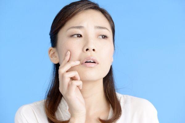 頬のニキビを治すために知っておくべき8つのこと