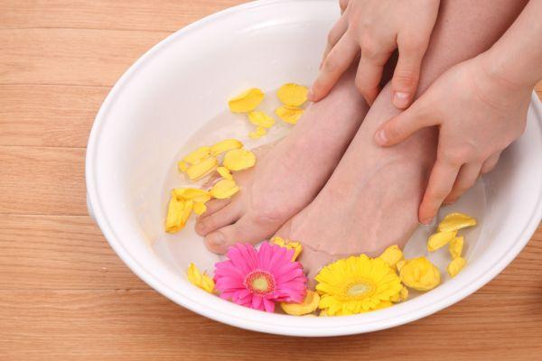 エナメルや合皮素材など、通気性の悪い靴を履くことの多い女性の足。実は強烈なニオイを発している可能性がとても高いです。靴を脱いだ途端、周りから「臭い!」と思われているかも?全身オシャレにきめていても足が臭っては台無しです。洗ってもなかなか改善されない足の臭い、今回こそは徹底的に改善しましょう! 足が洗っても臭い!その原因と徹底的な改善対策 ①足の汗は本来無臭 強い臭いと言えはワキガ。ワキガのニオイはアポクリン腺という腺から出ている特別な汗が原因で起こります。一方、足の汗はエクリン腺という腺から出ている汗で、ほとんどが水分ですから本来は無臭のはずです。しかしそれならどうしてあんなに足は臭くなるのでしょうか?  足の臭いの原因は湿度と雑菌です。靴下や靴など、何かに覆われている時間が長いので湿度が高く雑菌の繁殖をしやすい状態をキープしてしまっています。この雑菌が足の垢である角質をエサに繁殖することで強いニオイを出すのです。 ②対策1.爪切りはこまめに 手の爪に比べて足の爪切りはついおろそかになりがちです。気づいたらかなり伸びていた、なんてことも多いのではないでしょうか。しかし爪が伸びているとそこに靴下の繊維や細かいゴミなどが溜まりやすくなり、爪垢が溜まります。この爪垢はへそのゴマのような強烈なニオイがしますから、爪垢が溜まらないように爪はこまめに切りましょう。 ③対策2.軽石で古い角質を除去 足のかかとがガサガサで、ストッキングを何本もダメにしていませんか?足の裏はなかなか力を入れて洗えないので角質が溜まりやすいです。溜まっていくうちにさらに固くなるので、ヒビが入ったような状態なら軽石を使って強制的に削りましょう。  固いままでは削るのも痛いので、湯船にしっかりつかって柔らかくしてから削ります。そしてお風呂あがりには保湿も忘れずに。削った肌のままでは乾燥してしまいますから、ボディークリームを塗りましょう。頻度は週に1回で充分です。 ④対策3.木酢液で「スペシャル足湯」 木酢液(もくさくえき)は炎症の抑制や殺菌に効果があります。足のケアだけでなく、生ごみの消臭やまな板のお手入れなどにも使えるんですよ。ホームセンターなどで入手できます。この木酢液で「スペシャル足湯」にトライしましょう。  『木酢液足湯の作り方』 ・バケツに40度以上のお湯を7分目くらいまで入れて、コップ1杯の木酢液を混ぜる ・バケツに足を入れて10~15分程度浸せばOK ⑤対策4.脇用制汗剤を足にも 汗を抑え雑菌の繁殖を防ぎ、消臭効果もある制汗剤。これを足にも活用しましょう。スプレータイプでなく、しっかりと肌に塗れるロールオンタイプがおすすめです。脇と同じようにお風呂上がりの清潔な状態で塗れば、かなりの効果が期待できますよ。 ⑥対策5.5本指靴下を履く 見た目がかなりインパクトのある5本指靴下ですが、一度履いたら病みつきになる人が多いアイテムです。指の1本1本が独立しているので蒸れにくく、汗もしっかり吸収してくれるので快適です。湿度が低くなるので雑菌の繁殖が起きにくくニオイを抑えてくれます。 ⑦対策6.同じ靴を毎日履かない 足のケアが出来たら、今度は靴です。靴がジメジメしていては、せっかく足を清潔に保っていても靴を履いたら台無しになってしまいます。  靴の中の湿度を下げるためには、同じ靴を毎日履かないことが大事です。毎日履いてしまうと完全に乾燥する前にまた湿度が上がってしまい、ずっとジメジメした状態となります。これでは雑菌にとって繁殖し放題の天国です。1日履いたら2日休ませるくらいがちょうど良いですよ。 ⑧対策7.夜は新聞紙で除湿 新聞紙は水分を吸収する性質があります。家に帰ったら新聞紙をクシャッとさせて靴に入れましょう。クシャっとさせることで表面積が増えてより湿度を吸収してくれます。これで1日のジメジメをかなり取り除いてくれますよ。 ⑨対策8.10円玉が雑菌に効く 10円玉は銅で出来ていますが、実はこの銅は雑菌を分解する効果があります。この10円玉を靴に何個か入れておくと雑菌の繁殖を抑えてくれますよ。1か所にまとめてではなく、つま先やかかとなど点々と置くと効果的です。 ⑩対策9.100円ショップのシートを活用 靴は洗って乾燥させるのが一番臭いません。しかしオシャレな靴は洗いにくいものが多いですよね。そんな靴は100円ショップの中敷きシートを活用しましょう。臭って来たら新品に交換すればいいので、手軽さも助かります。 最後に お座敷での飲み会や試着室など、靴を脱ぐ機会は意外と多いです。いざという時に慌てないように今回の対策でしっかりケアしてくださいね。 足が洗っても臭い!その原因と徹底的な改善対策 ①足の汗は本来無臭 ②対策1.爪切りはこまめに ③対策2.軽石で古い角質を除
