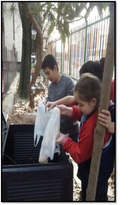 depositando los residuos en las composteras