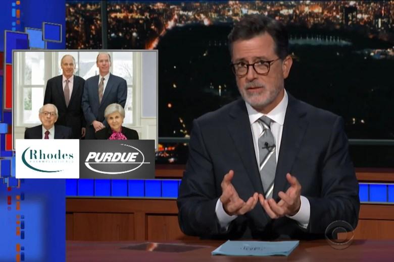 """Stephen Colbert, devant une photo de la famille Sackler, plus les logos de Purdue Pharma et Rhodes Pharma. """"Srcset ="""" https://compote.slate.com/images/ce4fb748-1f6a-4eed-a9dc-b6d4f8685f7e.jpeg ? width = 780 & height = 520 & rect = 1620x1080 & offset = 135x0 1x, https://compote.slate.com/images/ce4fb748-1f6a-4eed-a9dc-b6d4f8685f7e.jpeg?width=780&height=520&rect=1620x1080&offset=135x0 2x"""