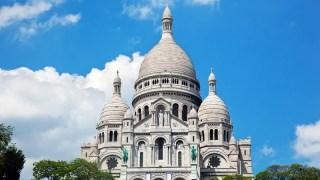 E para uma vista incrível da cidade, visite a Catedral Sacré Coeur, que está localizada no topo do famoso bairro de Montmartre.