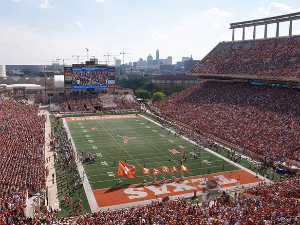 Darrell K Royal-Texas Memorial Stadium - un des 10 plus grands stades de football américain