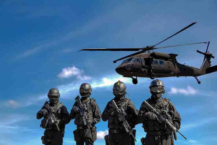 Quatre soldats et un hélicoptère de combat