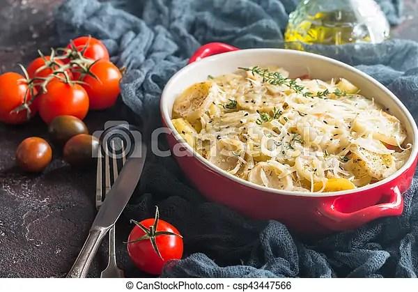 Rústico. batata. gratin. dish. Rústico. cebolas. batata. meat.. batatas. cortado. ervas. gostosa. tomate. galinha. gratin. alho. dish.