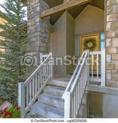 Eagle mountain a casa con escaleras y puerta amarilla vista exterior de una casa en eagle mountain utah en un día soleado CanStock