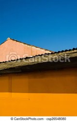 Exterior de casa amarilla cielo azul Exterior abstracto de la casa tropical amarilla con cielo azul CanStock