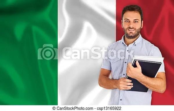 Lenguaje italiano. Un joven estudiante sonriente aprende el idioma italiano.
