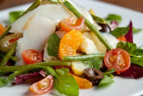 Salada de folhas com bacalhau