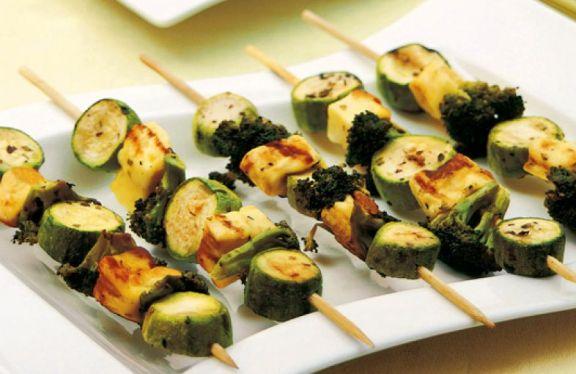 espetinho de queijo abobrinha e brocolis