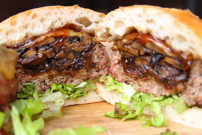 Hambúrguer de Lata de Cerveja com Cogumelos e Queijo Suíço