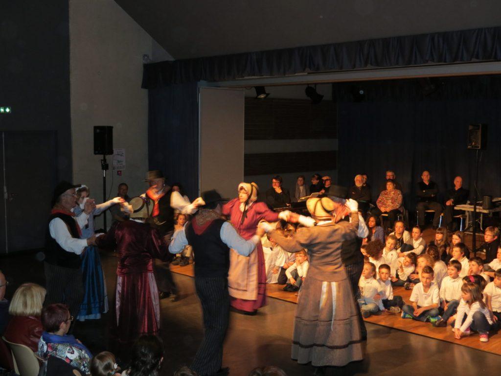 Restitution résidence Julien Joubert scolaires et groupe folklorique