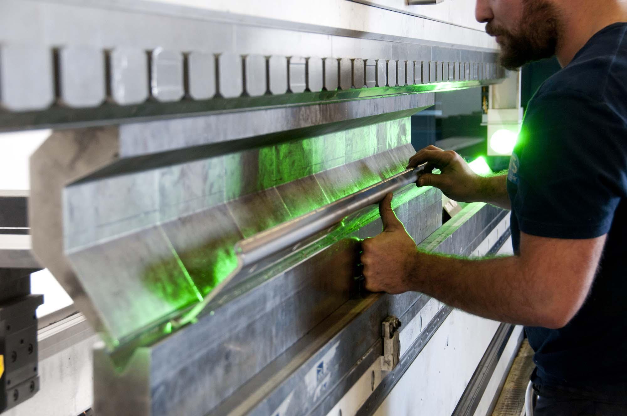 Manipulation sur une machine d'ATS laser lioujas, aveyron, 3clt