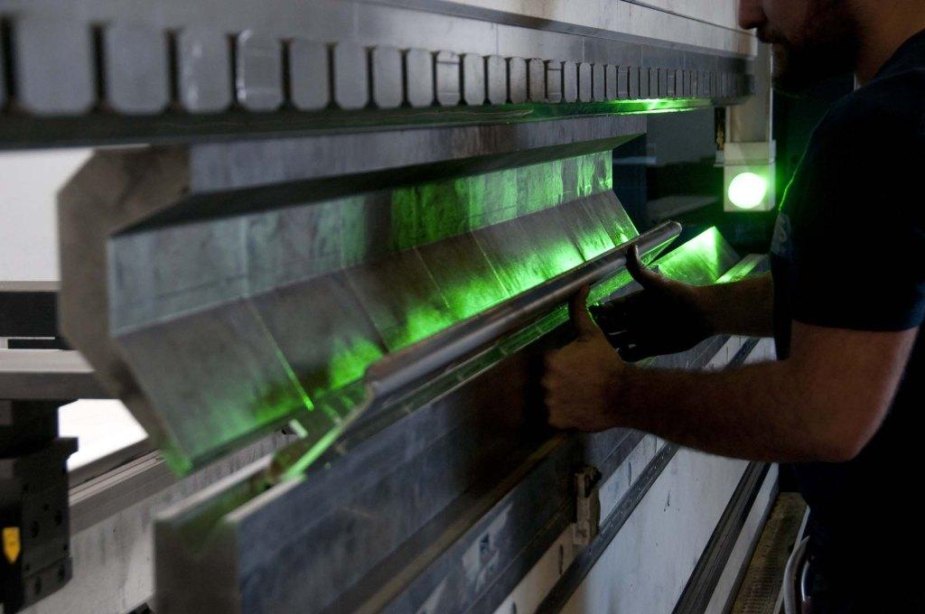 Employé d'ATS laser manipulant une machine, lioujas, aveyron, 3clt