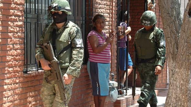 soldados-con-civiles