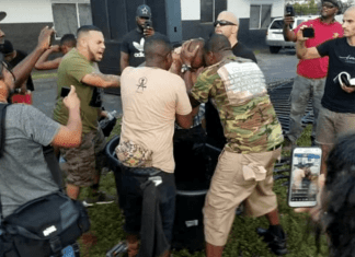 O evangelista Anthony Durden batizou membros de gangues e traficantes em uma caixa-d'água nas ruas da Flórida (EUA)