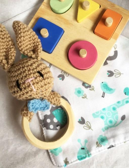 combo a jugar: sonajero de conejo, bandana, puzzle