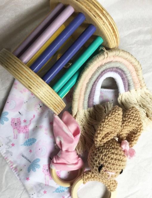 combo bebé con sonajero de conejo, arcoiris, mordillo de tela, bandana y rodari