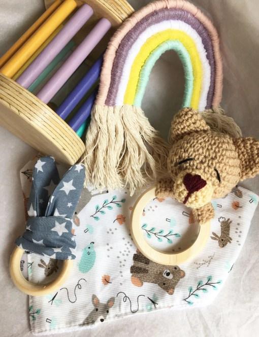 combo bebé con sonajero de oso, arcoiris, mordillo, bandana y rodari