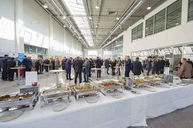 lockere Atmosphäre in der Ausstellerhalle des 23. Handelslogistik-kongresses