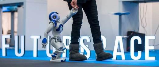"""Vorboten der Zukunft: humanoider Roboter """"Nao"""" auf der Internet World"""