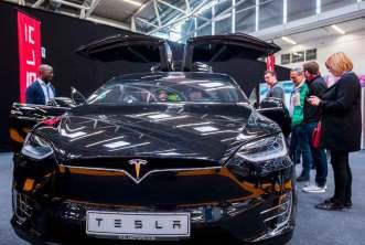 Tesla Fahrzeug auf der Internet World
