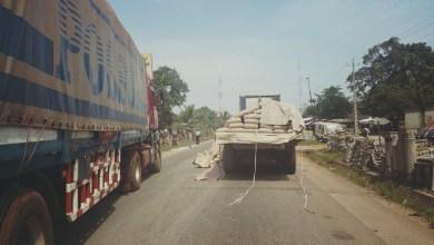 Anarchie dans la circulation routière un camion remorque provoque un embouteillage montre à la rentrée du Kilometre 5 à Dubreka