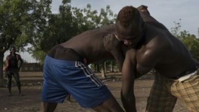 Des lutteurs combattent à Tougan le 24 avril 2016 | AFP/Archives | NABILA HADAD